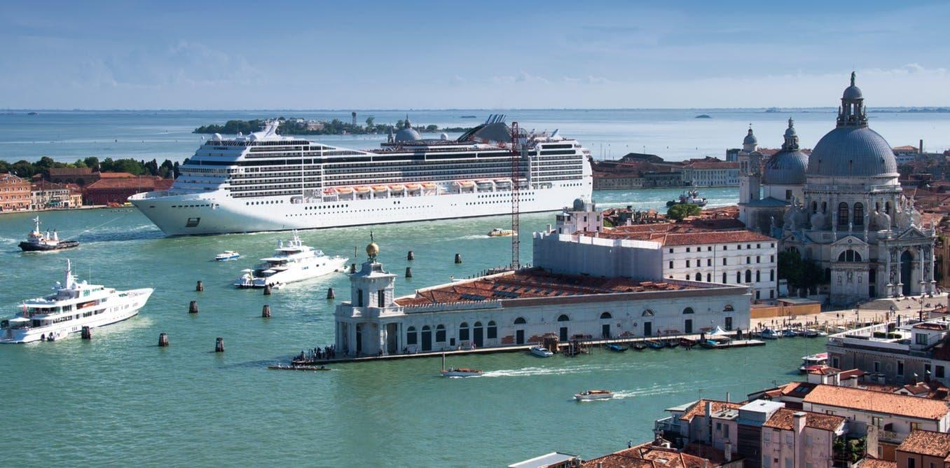 Круїзний лайнер заходить у місто