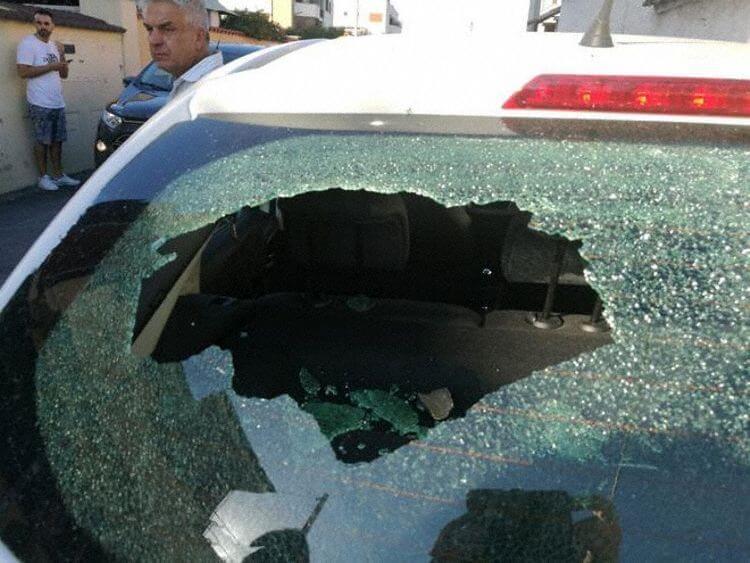 Поліцейська машина, в яку влучив уламок з двигуна.